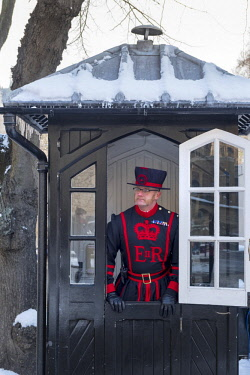ENG15401AW United Kingdom, England, London, Beefeater or Yeoman warder at the Tower of London Unesco World Heritage site in the snow
