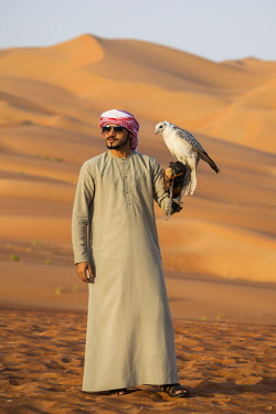 UE02438 Man with falcon, Empty Quarter (Rub Al Khali), Abu Dhabi, United Arab Emirates (MR)