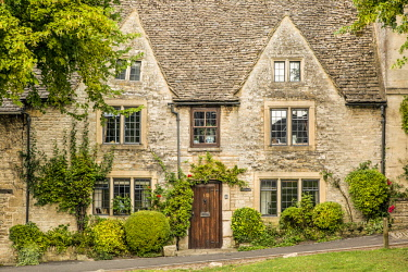EU33BJN0552 Homes along the High Street in Burford, Cotswolds, Oxfordshire, England