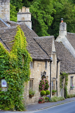 EU33BJN0555 Homes and shops along the High Street, Castle Combe, the Cotswolds, Wiltshire, England