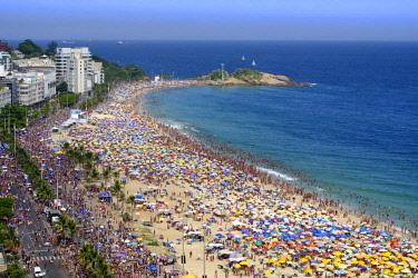 BRA3648AW Brazil, Rio de Janeiro, Carnival 2018, the bloco Simpatia e Quase Amor street parade and a crowded Ipanema beach