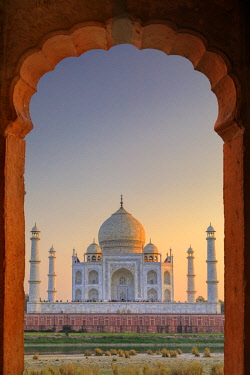 IND8498AW India, Taj Mahal at sunset framed by a temple arch