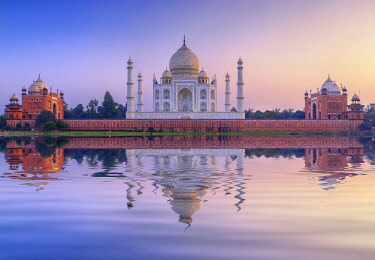 IND8508AW India, the Taj Mahal mausoleum reflecting in the Yamuna river at sunset