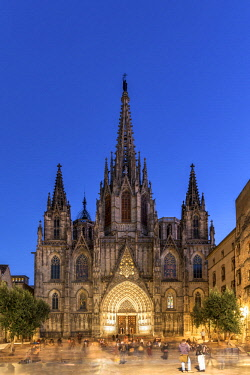 SPA7508AW Night view of the Cathedral of the Holy Cross and Saint Eulalia, Barcelona, Catalonia, Spain