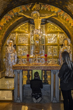 CLKSL80039 People praying in front of The Altar of the Crucifixion, Church of the Holy Sepulchre, Jerusalem, Israel, Middle East