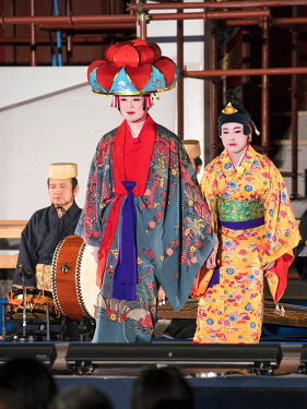 JAP1285AW Ryukyu classical drama (kumiodori) showing the play Hanaui nu yin at the Shuri Castle, Naha, Okinawa, Japan