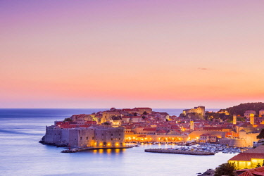 CRO1679AW Croatia, Dubrovnik, view of the old town at dusk