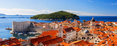 CRO1659AW Croatia, Dubrovnik, view of the old town rooftops