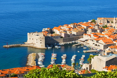 CRO1633AWRF Croatia, Dubrovnik, view of the old town from Srdj