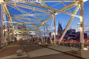 US43BJN0159 Newly named John Seigenthaler Pedestrian Bridge (formerly Shelby St Bridge, b 1907), with skyline of Nashville beyond, Tennessee, USA