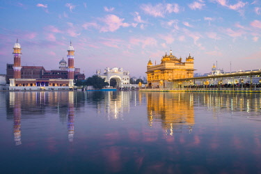 IN04368 India, Punjab, Amritsar, - Golden Temple, The Harmandir Sahib, Amrit Sagar - lake of Nectar (illuminated at dusk)