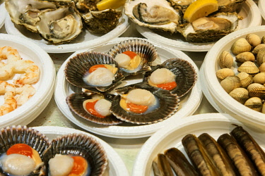 SPA7714AWRF Scallops and shellfish. Tapas in the Mercado de San Miguel (food and tapas market), Madrid, Spain