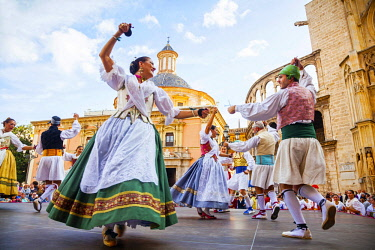 SPA7750 Valencia. Spain. Dancers in traditional Valencian costumes dancing Valencian tradtional dances at the main square of Placa de la Virgen in the old town