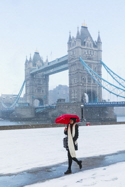 TPX64500 England, London, Southwark, Tower Bridge and Potters Field in the Snow