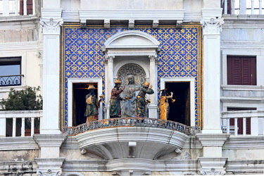 ITA12658AW La Processione dei Magi led by an angel with an trumpet cicular the statue of the Virgin an Child at the Clock tower, Venice, Veneto, Italy