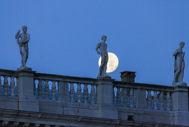 ITA12748AW Statues of the Marciana library's building in front of the full Moon, Venice, Veneto, Italy