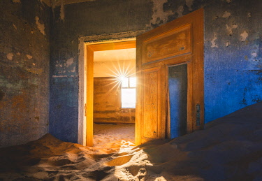 NAM6504AW Kolmanskop, Luderitz, Namibia, Africa. Inside of an abandoned building.