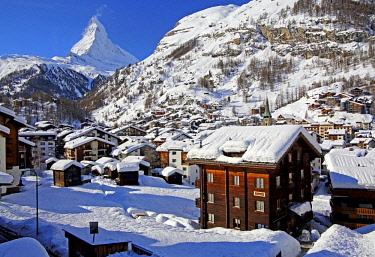 IBXGNG04646413 Village view in winter, rear Matterhorn 4478m, Zermatt, Mattertal, Valais, Switzerland, Europe