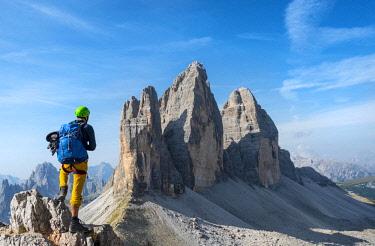 IBXMAB04650550 Hikers on the via ferrata to Paternkofel, Northern walls of the Three Peaks of Lavaredo, Sexten Dolomites, South Tyrol, Trentino-South Tyrol, Alto-Adige, Italy, Europe