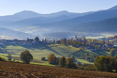 IBXMAN04630849 Lam, Lamer Winkel, in the back the Great Arber, Bavarian Forest, Upper Palatinate, Bavaria, Germany, Europe
