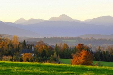 IBXMAN04640429 Chapel in Rampertshofen, view from Peretshofener Hohe near Dietramszell, Upper Bavaria, Alpine foothills, Bavaria, Germany, Europe