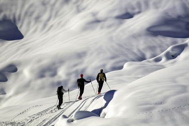 IBXRFA04541428 Ski mountaineers, snowy mountain environment, Aosta Valley, Italy, Europe