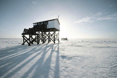 IBXRWI04640028 Pile dwelling in winter on a snow-covered beach, Sankt Peter-Ording, Schleswig-Holstein, Germany, Europe