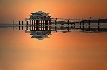 IBXIKN04629193 Tea House on the pier at sunrise, Timmendorfer Strand, Baltic Sea, Schleswig-Holstein, Germany, Europe