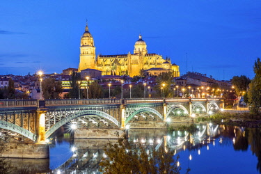 IBXJAS04596490 Cathedral with bridge over Tormes river, Salamanca, Castile and Leon, Spain, Europe