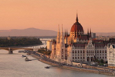 IBXMAL04617801 View over the Danube to Parliament at sunset, Pest, Budapest, Hungary, Europe