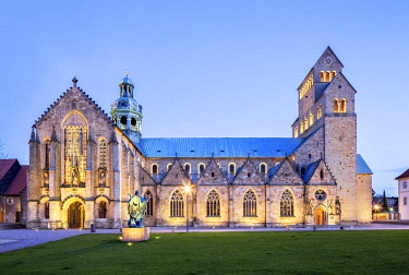 IBXRBB04458708 Cathedral of the Assumption of Mary, twilight, Hildesheim, Lower Saxony, Germany, Europe