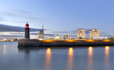 IBXRBB04579145 Lighthouse Nordmolenfeuer at the harbour entrance, behind it Klimahaus 8� Ost, Atlantic Hotel Sail City, Columbus-Center, Bremerhaven, Bremen, Germany, Europe