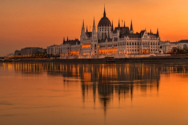 IBXSEI04640171 Sunrise with Parliament and water reflection in the Danube, Budapest, Hungary, Europe