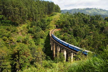 IBXSHU04635710 Train on the Nine Arches Bridge in the highlands near Ella, Sri Lanka, Asia