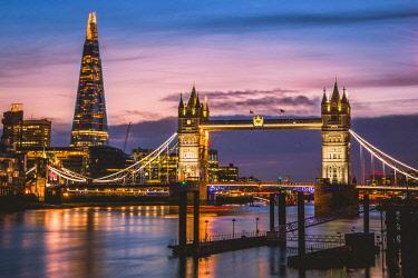 IBXVFW04568311 Themse, Tower Bridge, The Shard, Sunset, Night view, Illuminated, Water reflection, Southwark, St Katharine's & Wapping, London, England, United Kingdom, Europe