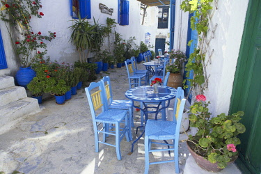 IBXSIM04405852 Streetside cafe with tables and chairs, Amorgos, Amorgos Island, Cyclades, Greek Islands, Greece, Europe