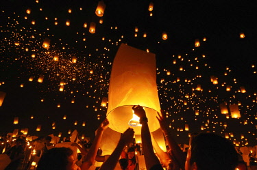 IBLJBE04336469 Light of Peace Festival of the Dhammakaya Foundation with 15,000 sky lanterns, University of Philippines Visayas in Miagao, Iloilo Province, Panay Island, Philippines, Asia *** IMPORTANT: Image may no...