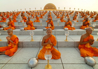 IBLJBE04341797 Wat Phra Dhammakaya temple on Makha Bucha Day or Magha Puja Day, Theravada Buddhists, monks sitting around the Chedi Mahadhammakaya Cetiya, Khlong Luang District, Pathum Thani, Bangkok, Thailand, Asia...