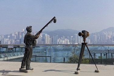 IBLKAS04345560 Sound assistant and film camera, bronze sculptures, Avenue of Stars with view of Hong Kong Island, Tsim Sha Tsui, Kowloon, Hong Kong, China, Asia