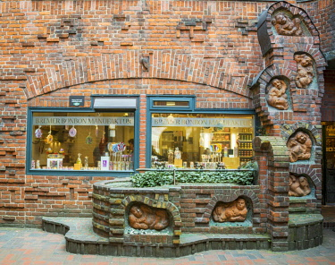 IBLMAB04390572 Brick house with Bremer Sweet manufacture, before Seven Lazy Brothers fountain of Thomas Hoetger, boettcherstrasse, Handwerkerhof, Altstadt, Bremen, Germany, Europe