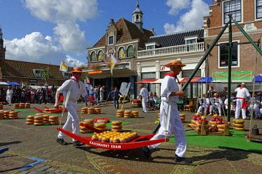 IBLDWB04435685 Cheese Market, porters, Edam, Edam-Volendam, North Holland Province, The Netherlands, Europe