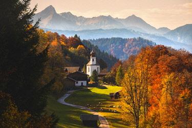 CLKMR85876 The iconic Wamberg Church, with Mount Waxenstein on the background. Wamberg, Garmisch Partenkirchen, Bayern, Germany