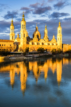 CLKAC86495 Cathedral of Our Lady of the Pillar reflected in Ebro river at sunrise. Zaragoza, Aragon, Spain
