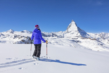 CLKGP84766 A skier is looking Matterhorn from Gornergrat (Zermatt, Canton of Valais, Visp, Switzerlan (MR)