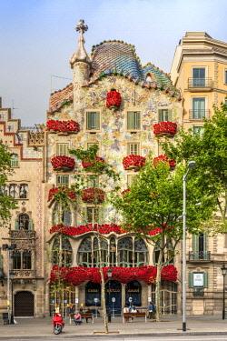 SPA7915AWRF Casa Batllo adorned with roses to celebrate La Diada de Sant Jordi or Saint George's Day, patron saint of Catalonia (23 April), Barcelona, Catalonia, Spain