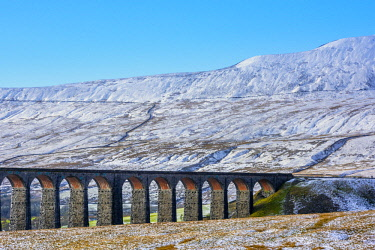 UK08363 UK, England, North Yorkshire, Ribblehead Viaduct and Whernside mountain, one of the Yorkshire Three Peaks