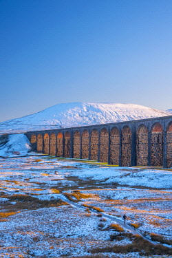 UK08368 UK, England, North Yorkshire, Ribblehead Viaduct and Ingleborough mountain, one of the Yorkshire Three Peaks