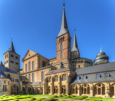 GER10843AW St. Peters Cathedral with inner courtyard, UNESCO World Heritage Site , Trier, Rhineland-Palatinate, Germany