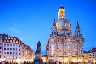 GER10897 Europe, Germany, Saxony, Dresden, Christmas market, Frauenkirche (Frauen Church) and statue of Martin Luther, Neumarkt,