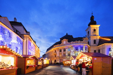 ROM1459 Eastern Europe, Romania, Sibiu, Christmas market in Plaza Piata Mare, City Hall and Baroque Jesuit Church